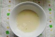 甜酒酿 ,将酒曲倒入碗中,用冷开水化开