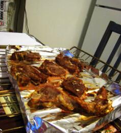 焖烤羊肉,烤箱预热200C,烤制10min,关闭加热,用余温烘熟羊肉