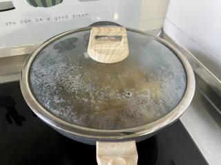 土豆香菇焖鸡,加盖,小火炖煮15分钟