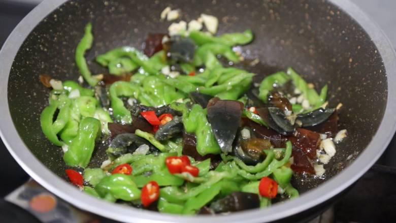 皮蛋炒青椒,接着放小米辣