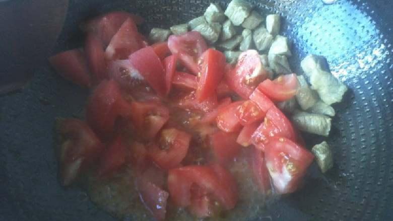 番茄牛肉,放入番茄进行翻炒到出汁