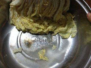 辣白菜,如图抹好后,我是放了一夜,水分出来了,白菜变软