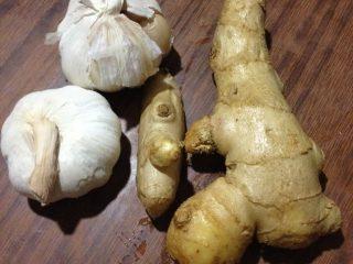 辣白菜,如图准备姜蒜