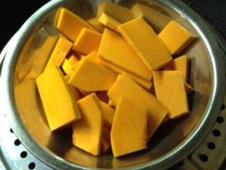 煎南瓜饼,南瓜去皮洗净切片蒸熟