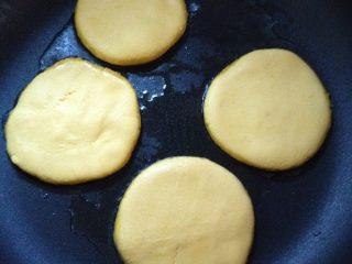 煎南瓜饼,锅里放少许油,把南瓜饼放进锅里煎
