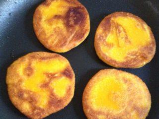 煎南瓜饼,翻面再煎,煎到两面金黄即可