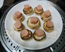 小蘑头,将香肠段放入口蘑中间,露出一半,刀口一面朝上