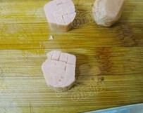 小蘑头,口蘑去根,香肠切小段,再一面切十字刀,不要切透