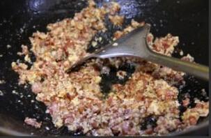 培根奶酪凉面,然后放入鸡蛋液翻炒均匀即可出锅