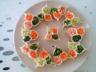 """彩色饺子,这时饺子下面是包的香菇肉馅,上面有空着的三瓣,可以往里面放任何三种你喜欢的配菜馅。再在每个""""花瓣""""的最外边用手捏出一个小边,这样看起来更加像三个花瓣。中间那个我是捏的四个边像四个花瓣。光包饺子去了,忘了拍包的过程了(⊙o⊙)额"""