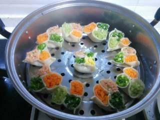彩色饺子,放蒸锅里上汽后蒸十五分钟就可以了。