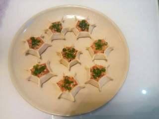 彩色饺子,也可以把胡萝卜混合肉糜成黄金肉馅,包在饺子皮里面,再将饺子皮捏成六个小边,办成一个大花朵。蒸好后点缀点香葱末或香菜末既可。这个不像饺子更加像烧卖哈^_^