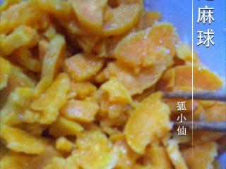 芝麻球,如图红薯去皮洗干净,切薄片,上笼屉蒸熟。趁热撒上几勺白糖,拌匀。
