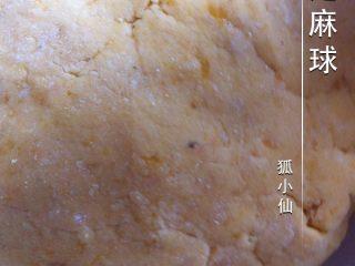 芝麻球,如图分多次放入糯米粉,将红薯泥和糯米粉拌匀。活成面团。