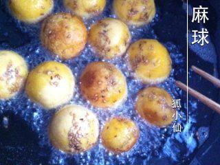 芝麻球,如图锅入油,小火炸成金黄色捞出即可。