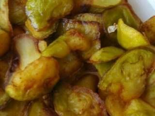 红烧茄子,第一次炸表面硬了就行,捞出凉凉,再炸一次,将茄子炸熟,捞出