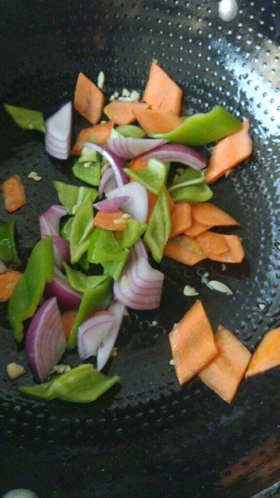红烧茄子,加入胡萝卜,辣椒,洋葱翻炒一会