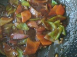 红烧茄子,加入调好的料汁,翻炒,当料汁变成透明粘稠放入茄子