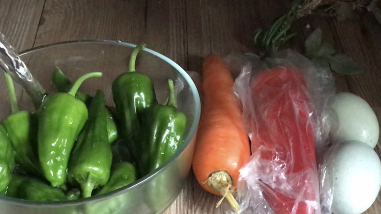 皮蛋炒青椒,洗净,备好食材