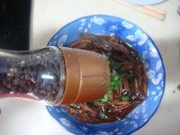 响油鳝丝,先撒上葱花,再磨入黑胡椒粉