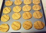全麦花生酱饼干,用手摁平,造型,表面撒上花生碎,180度,20分钟