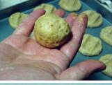 全麦花生酱饼干,筛入低粉、全麦粉、泡打粉、小苏打、盐,拌和,团成球