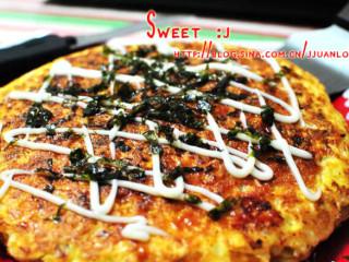 日式杂菜饼 ,涂上番茄酱,淋上沙拉酱。撒上海苔片!完工
