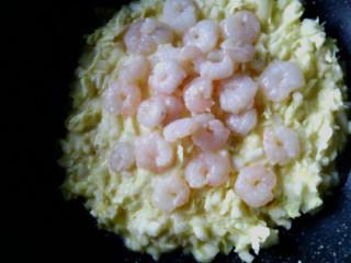 日式杂菜饼 ,油锅小火倒入步骤1的面糊,摊圆压平,稍微煎一会后,将虾仁铺在饼上