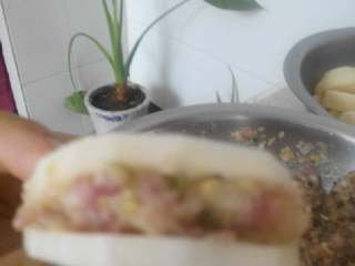 藕饼,帮肉馅包到藕里面,最好不要让肉露出来。