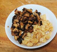 水晶糯米烧卖,香菇和海米用热水泡发后切成小丁,泡香菇的水不要倒掉,留用