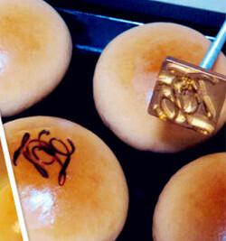 豆沙小餐包,用烙印模在小餐包面上烙上喜爱的LOGO即可