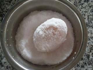 自腌咸蛋,将泡了酒的鸭蛋放盐碗里裹上一层盐