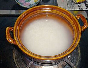 腊味煲仔饭 ,米放入煲仔里先用水泡三小时,腊肉、腊肠切成片