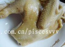 白切鸡,用筷子扎下肉鸡,无血丝即可捞起,浸入冰水中