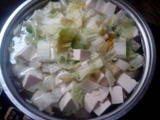 白菜玉米豆腐汤,接着放入青菜,和豆腐