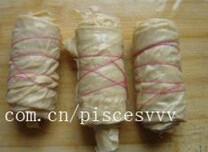 凉拌豆皮,将豆皮平铺后,卷起,用绳子将豆皮卷捆扎