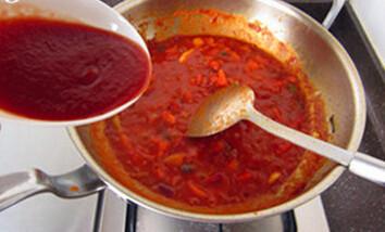 红烧牛肉面,下入西红柿丁,煸炒至出浓汤,下入番茄酱,煸炒均匀