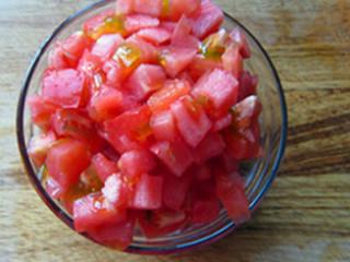 红烧牛肉面,西红柿切丁,葱姜蒜切片