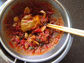 红烧牛肉面,取出牛肉切块,过滤汤汁,除去调味料不要