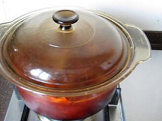 红烧牛肉面,大火煮开后,转小火,加盖焖煮约1小时;关火,焖到凉