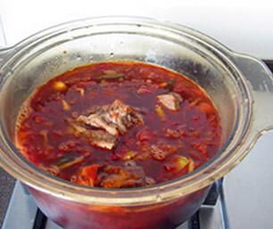 红烧牛肉面,煮至沸腾,转入比较深的炖锅