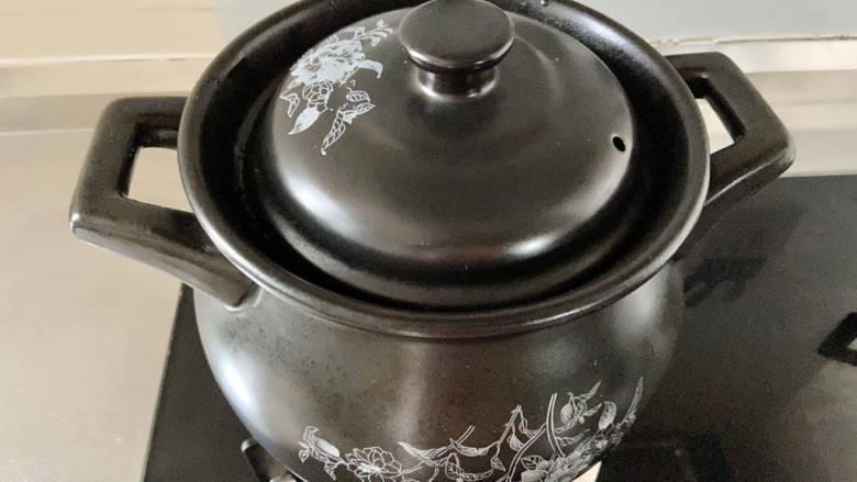 胡萝卜筒骨汤,煮开后小火加盖煮20分钟