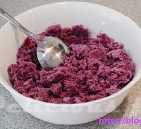 紫薯山药豆沙月饼 ,紫薯和山药洗净,上锅蒸熟,分别按压成泥