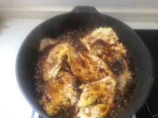 糖醋鸡蛋,下入荷包蛋和料汁,中火,待汤汁粘稠即可。