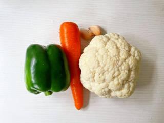 青椒炒花菜,准备好材料
