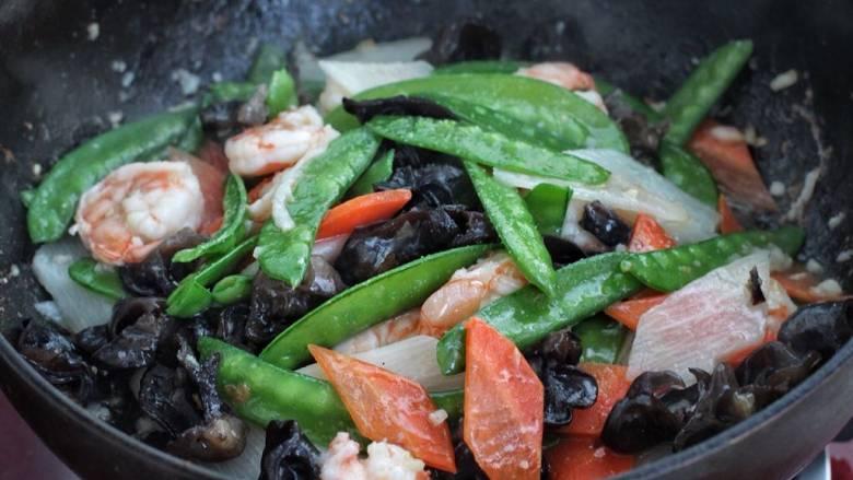 杂炒时蔬,最后淋入水淀粉翻炒均匀,关火盛出即可。