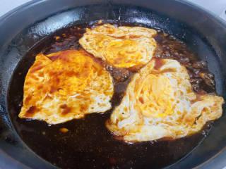 糖醋鸡蛋,放入荷包蛋,中小火煮至汤汁浓稠即可