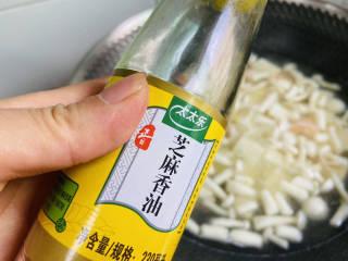 海鲜菇豆腐汤,加入香油