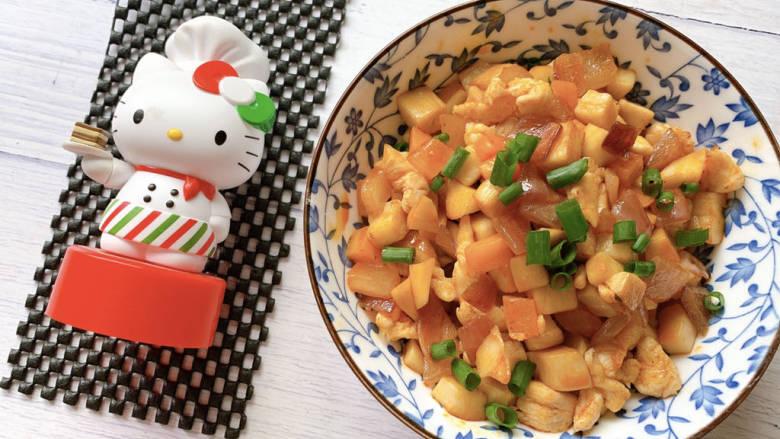 杏鲍菇炒鸡丁,鸡肉丁成熟后即可出锅,并撒葱花食用。