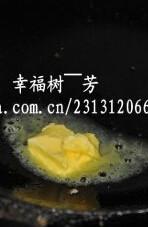 意大利面,锅中放入一小块黄油,加入洋葱炒香再放入茄子、杏鲍菇煸炒